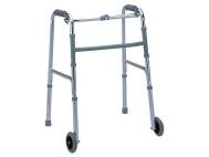 Deambulatore pieghevole in alluminio, ad altezza regolabile, a due ruote e due puntali. Portata 100 kg.